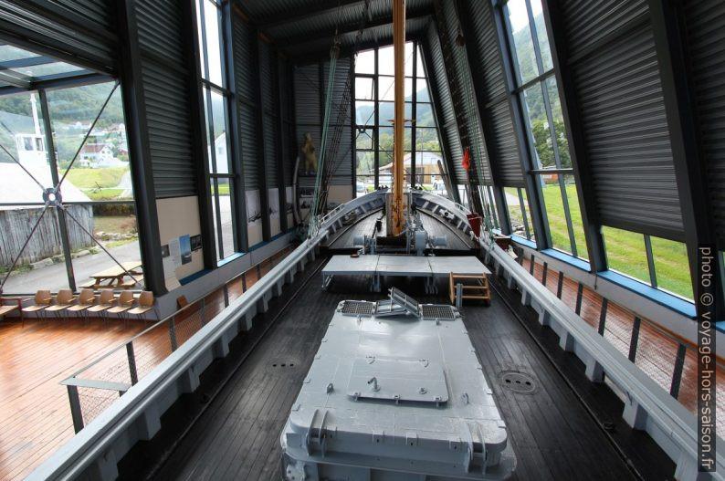 Pont et étrave du navire polaire Aarvak. Photo © André M. Winter