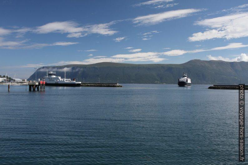 Un ferry entre dans le port de Hareid. Photo © Alex Medwedeff