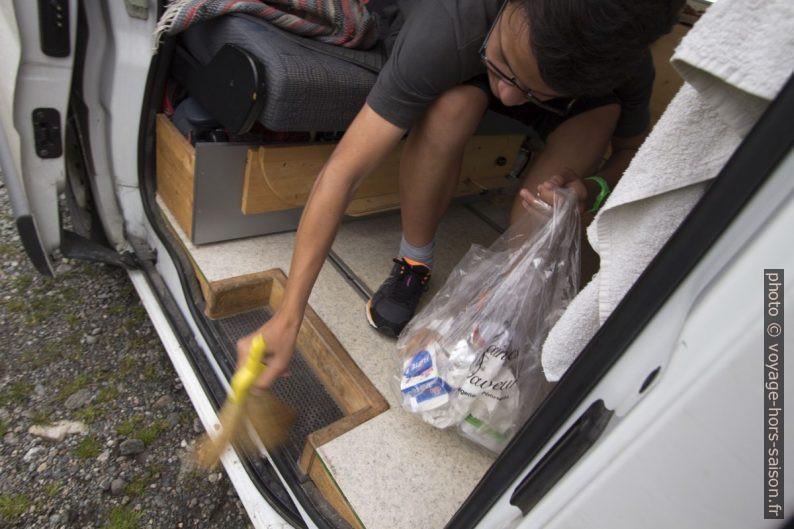 Nicolas fait le ménage dans le Trafic. Photo © André M. Winter