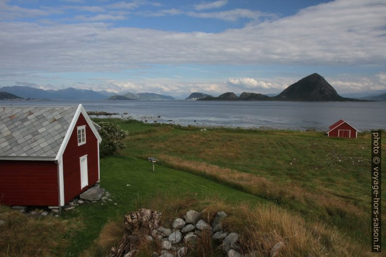 Maisons de Høgsteinneset et vue sur Ålesund. Photo © Alex Medwedeff