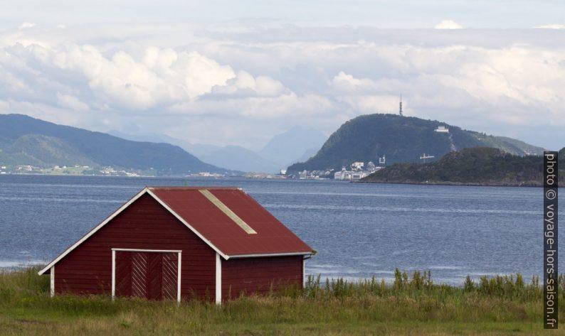 Grange au cap Høgsteinneset et montagne Aksla de Ålesund. Photo © André M. Winter