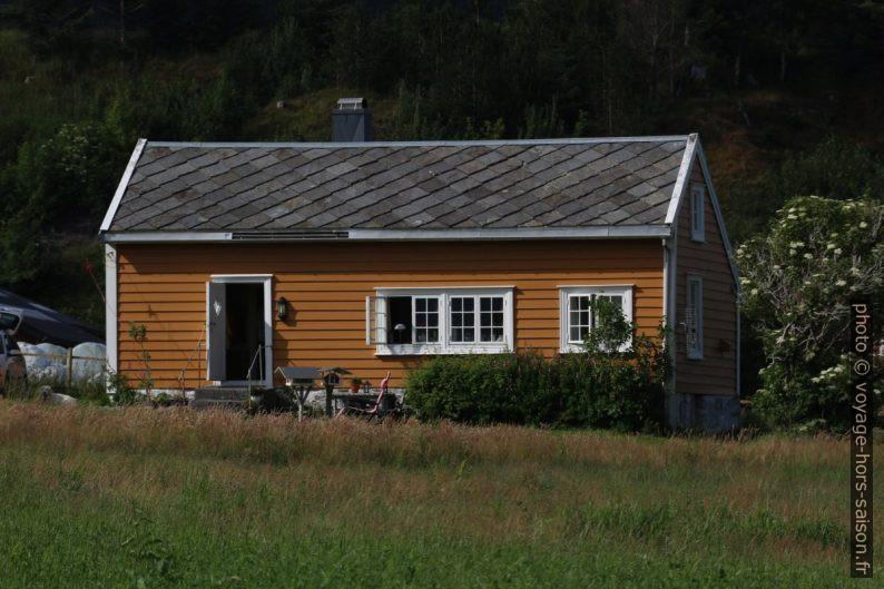 Une maison norvégienne en bois couverte d'un toit d'ardoise. Photo © André M. Winter