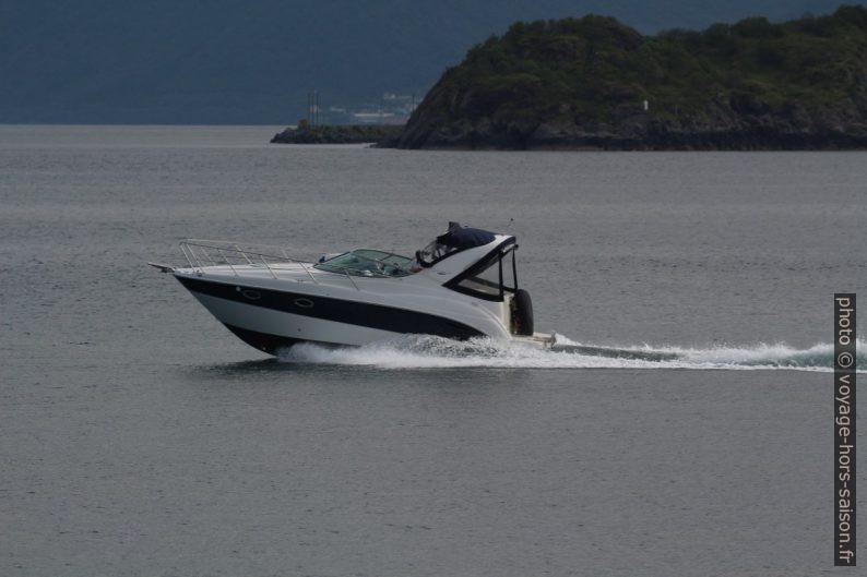 Un bateau de plaisance passe devant Godøya. Photo © André M. Winter