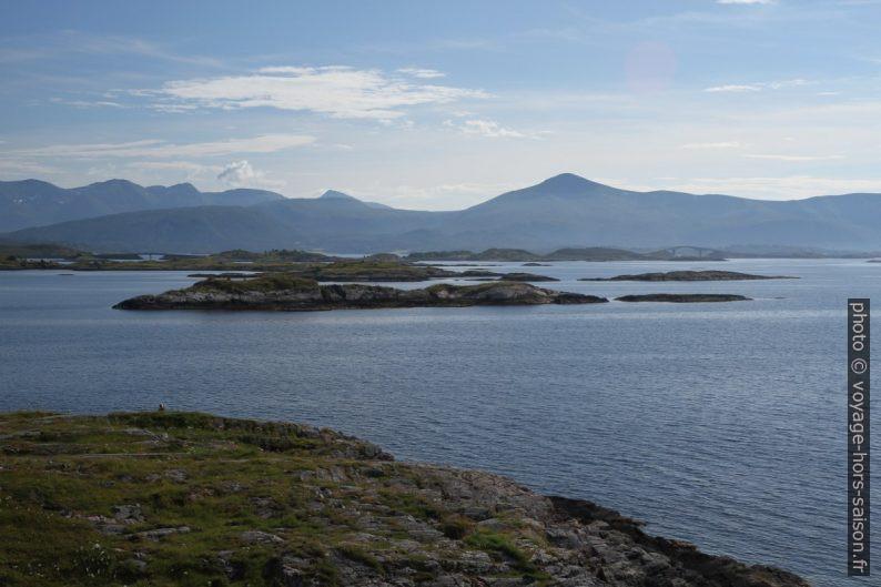 Écueils au nord de l'Atlanterhavsvegen. Photo © Alex Medwedeff