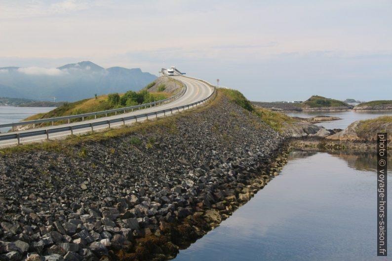 Route de l'Atlantique et Pont de Storseisundet du côté de Lyngholmen. Photo © André M. Winter