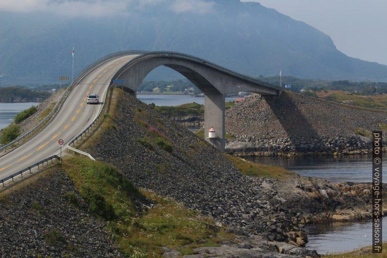 Pont courbé du Storseisund avec une voiture. Photo © André M. Winter