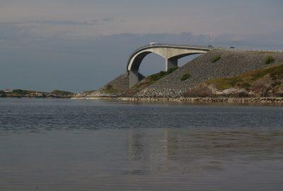 Courbure du pont de Storseisundet. Photo © André M. Winter