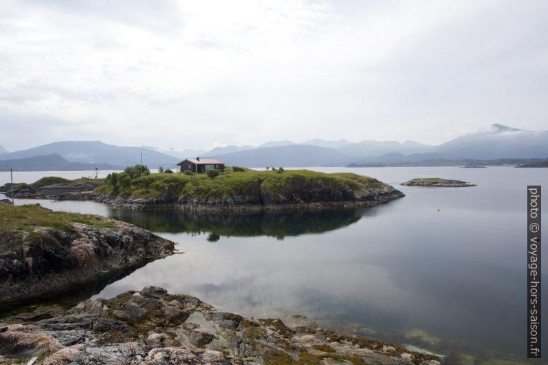 Île avec maison devant Skarvøya. Photo © Alex Medwedeff