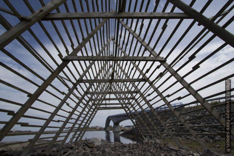 Sous un rack de séchage pour le cabillaud. Photo © André M. Winter