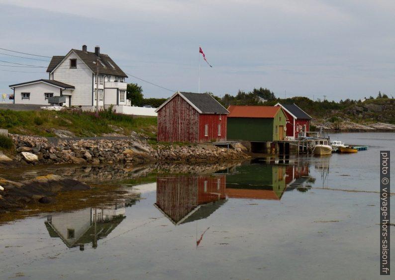 Maison et abris de bateaux sur Litle Tyønnøya. Photo © Alex Medwedeff
