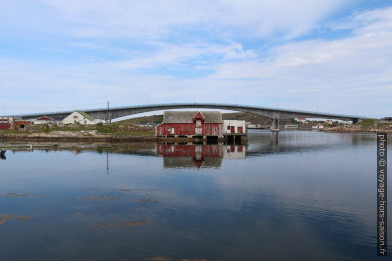 Ancien hangar sous le pont de Tyønnøya. Photo © André M. Winter