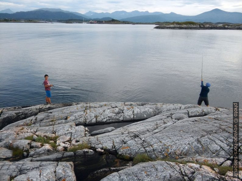 Nicolas et Alex pêchent sur Lysøya. Photo © André M. Winter