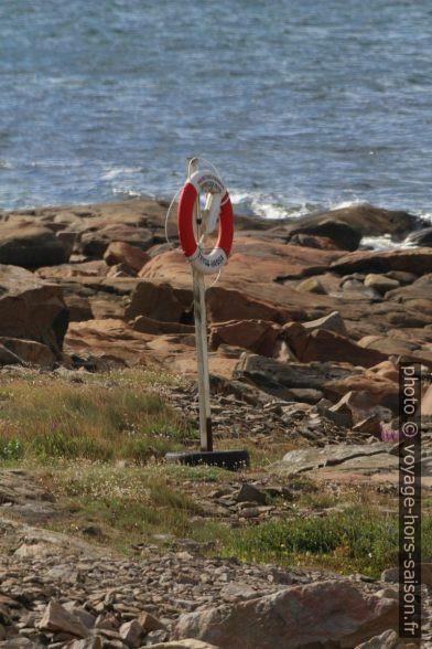 Bouée de sauvetage au cap Tyludden. Photo © André M. Winter