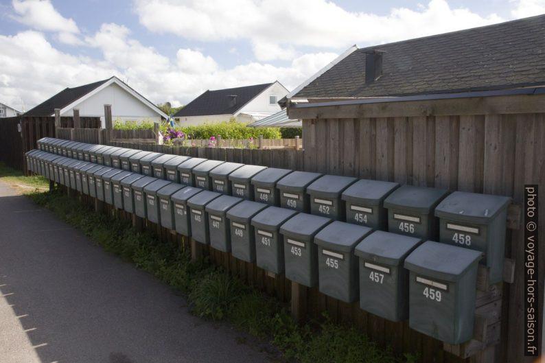 Rangées de boîtes à lettres identiques. Photo © Alex Medwedeff