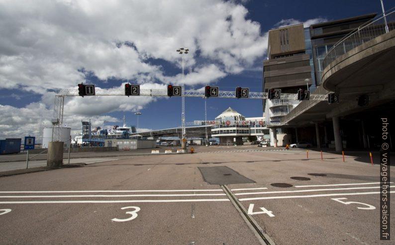 Voies numérotées à l'embarquement à Helsingborg. Photo © André M. Winter