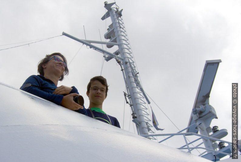Alex et Nicolas sur le pont supérieur. Photo © André M. Winter