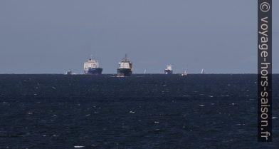Navires de haute mer rentrant dans le Øresund. Photo © André M. Winter