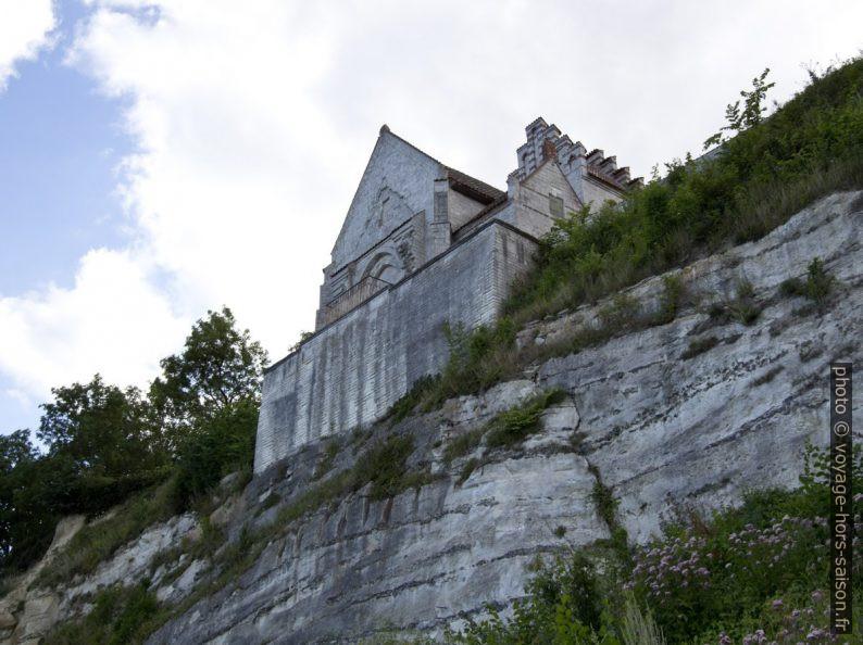 Reste de l'ancienne église de Højerup à de Stevns Klint vue d'en bas. Photo © André M. Winter
