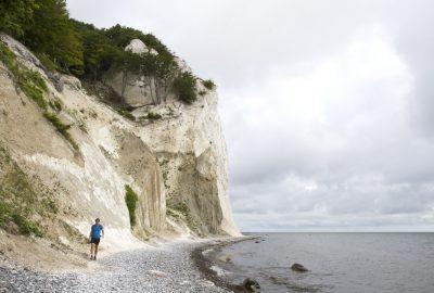 André sur la plage sous Møns Klint. Photo © Alex Medwedeff