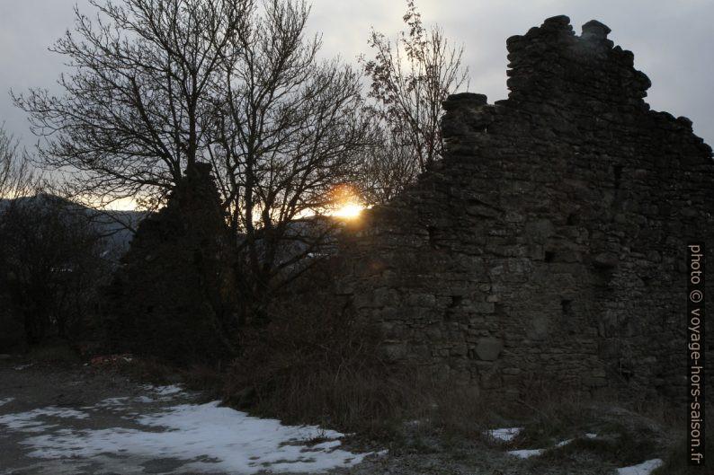 Lever de soleil derrière une ruine à Grondona. Photo © Alex Medwedeff