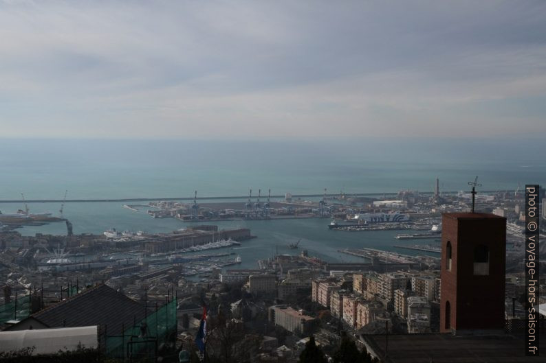 Port de Gênes. Photo © Alex Medwedeff