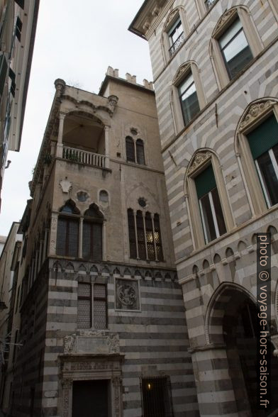 Deux palais de la Piazza San Matteo. Photo © Alex Medwedeff