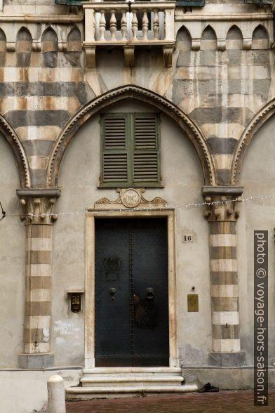 Détail d'un rez-de-chaussée de la Piazza San Matteo. Photo © Alex Medwedeff