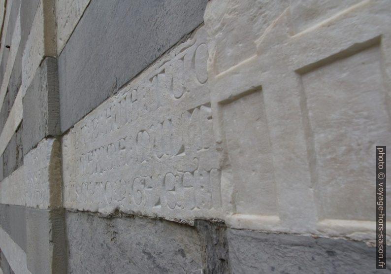 Inscriptions gothiques dans les bandes blanches de la façade de l'église San Matteo. Photo © André M. Winter