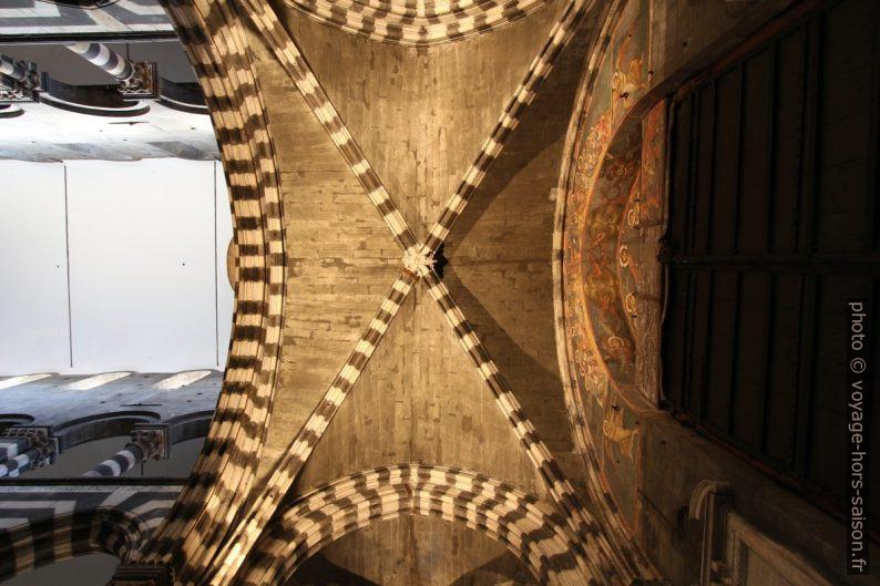 Croisée d'ogives alternant noir et blanc dans la Cathédrale San Lorenzo. Photo © André M. Winter