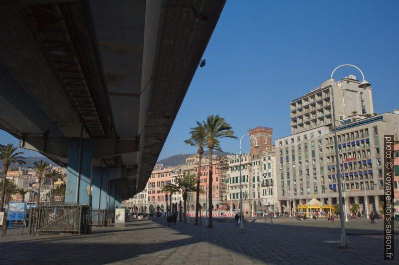 Viaduc de la SS1 défigurant le port de Gênes. Photo © Alex Medwedeff