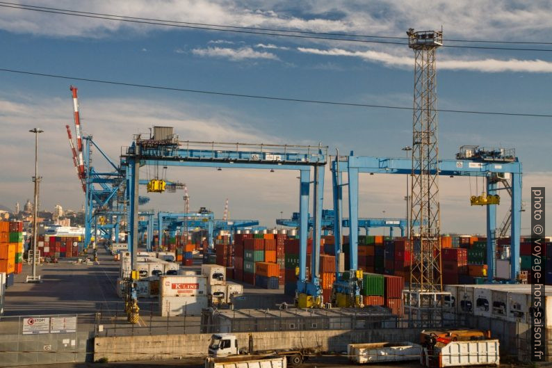 Portiques du port container de Gênes. Photo © Alex Medwedeff