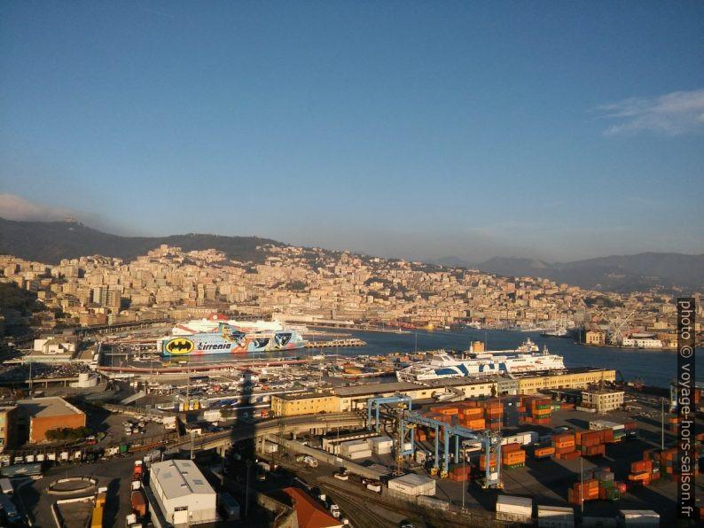 Gênes et le port de ferrys. Photo © André M. Winter