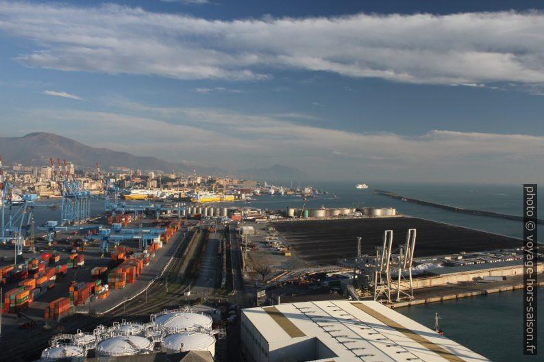Gênes et le port de containers. Photo © Alex Medwedeff