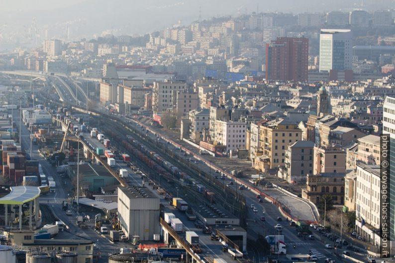 Axe de la Via Aurelia à l'ouest de Gênes. Photo © André M. Winter