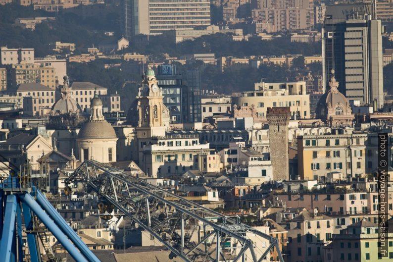 Grues, clochers, coupoles et tours de Gênes. Photo © André M. Winter