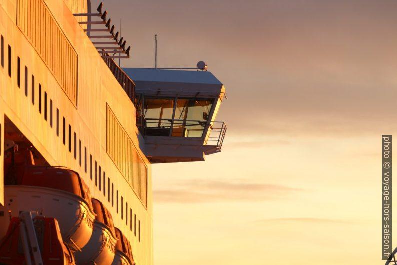 Passerelle de commandement côté tribord du ferry Excelsior de la GNV. Photo © André M. Winter