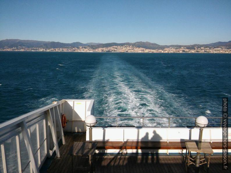 Quitter Gênes en ferry. Photo © André M. Winter