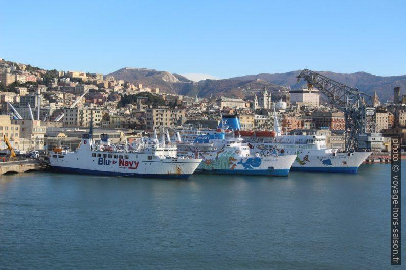 Petits ferrys à quai à Gênes. Photo © André M. Winter