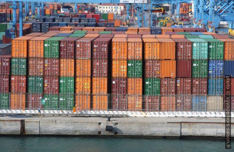 Containers rangés sur un quai de Gênes. Photo © André M. Winter