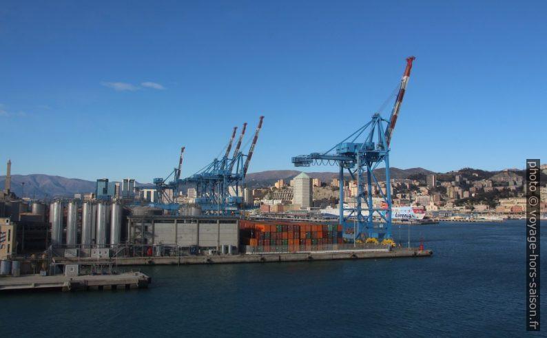 Containeurs et portiques du port commercial de Gênes. Photo © André M. Winter