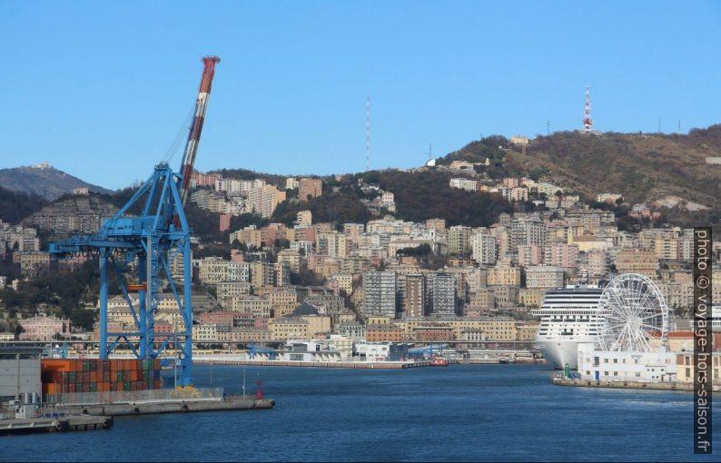 Entrée du port de Gênes. Photo © André M. Winter