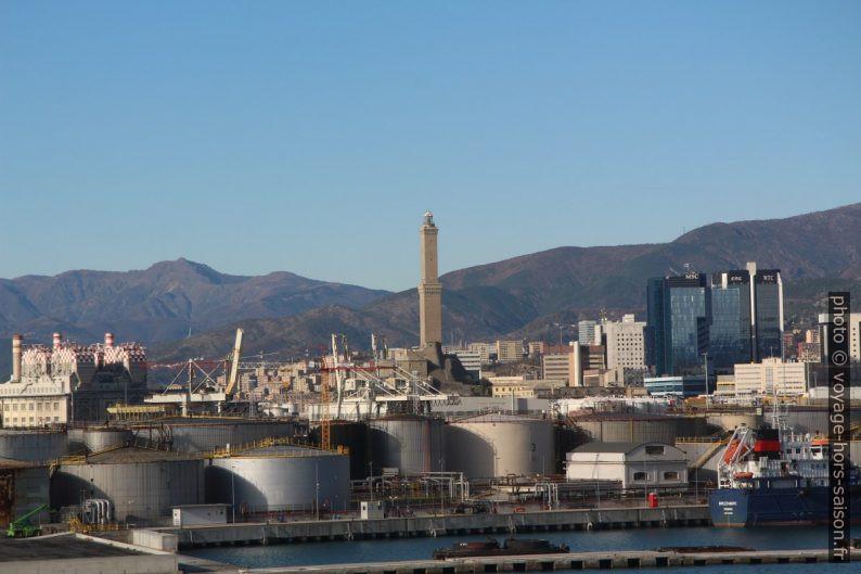Lanterna de Gênes et le port commercial. Photo © André M. Winter