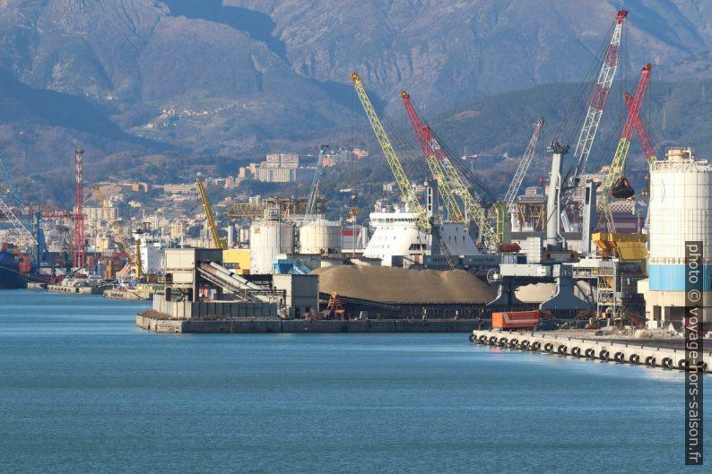 Port industriel de Gênes. Photo © André M. Winter