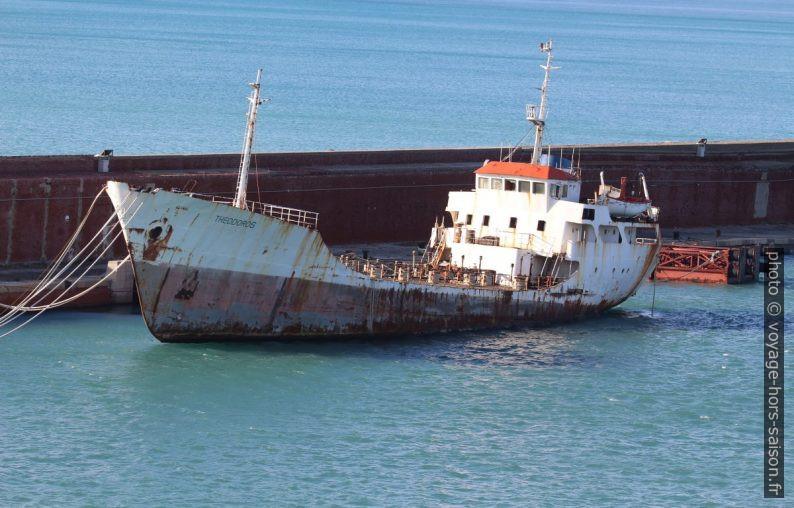 Navire transporteur de vin Theodoros à l'abandon. Photo © André M. Winter
