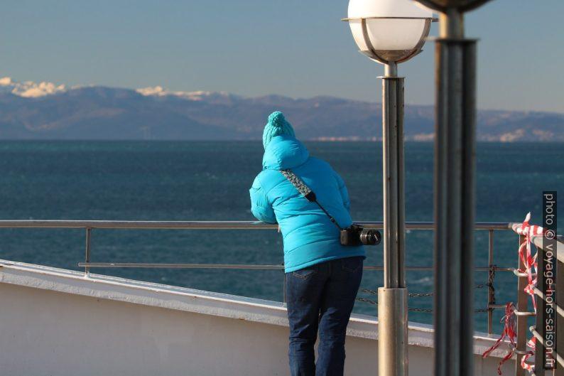 Alex sur le pont du ferry. Photo © André M. Winter