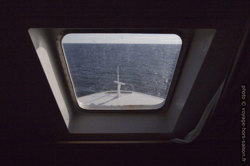 Notre fenêtre de cabine donnant sur la proue du navire. Photo © André M. Winter