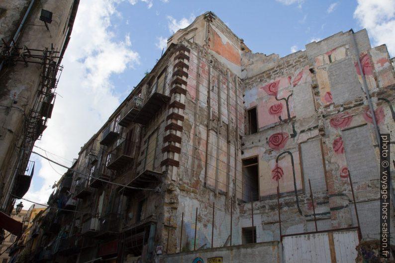 Maison rasé et d'autres en ruine. Photo © Alex Medwedeff