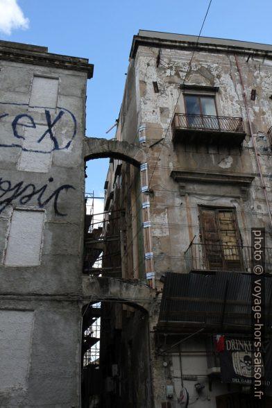 Passage entre deux maisons en ruine. Photo © Alex Medwedeff