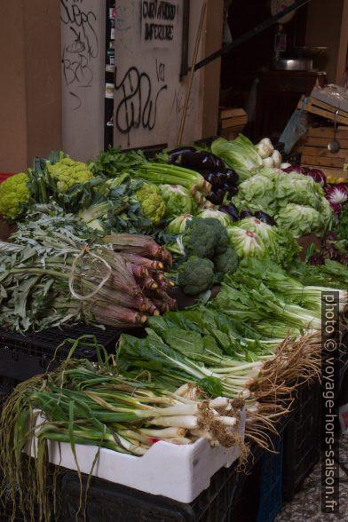 Stand de légumes locaux au marché de la Vucciria. Photo © Alex Medwedeff