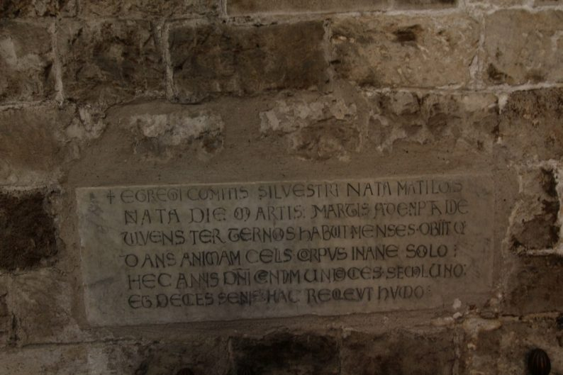 Plaque de marbre dans l'église San Cataldo. Photo © André M. Winter